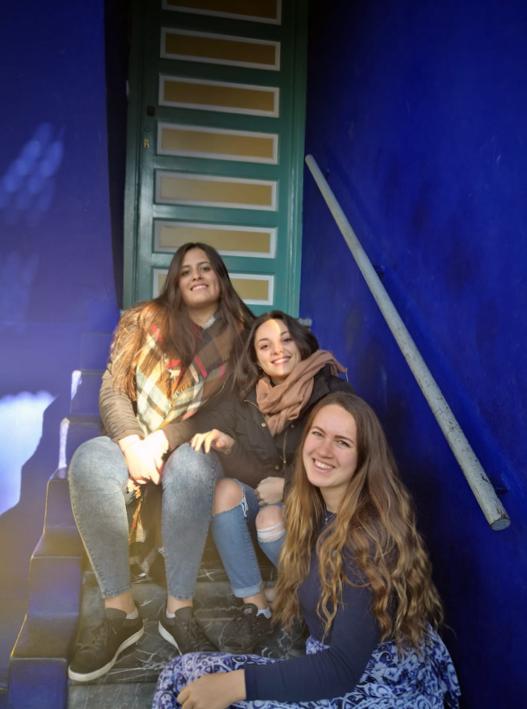 audrey-casablanca-blue-stairs